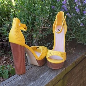Shoedazzle Yellow Sandal Lasercut Designs Heel 10